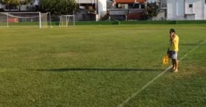 Έλληνας επόπτης με… σαγιονάρα και κινητό! Απίστευτες εικόνες σε ελληνικό γήπεδο – video