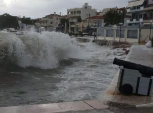 Αργολίδα: Τεράστια κύματα στην Ερμιόνη – Σκοτείνιασε ο ουρανός και οι άνεμοι έγιναν θυελλώδεις [pics]
