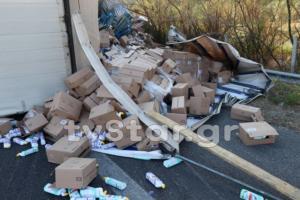 Κλειστή η Εθνική Οδός από την εκτροπή νταλίκας – Γέμισε απορρυπαντικά ο δρόμος [pics]
