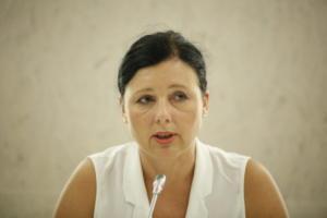 Τα ΜΜΕ να βοηθήσουν στην αντιμετώπιση του ρατσισμού ζητά Ευρωπαία επίτροπος