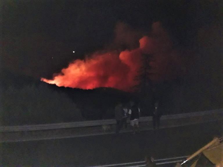 """Κεφαλονιά: Υπό μερικό έλεγχο οι μεγάλες φωτιές – """"Οι φλόγες έφθασαν στις αυλές των σπιτιών"""" – video"""
