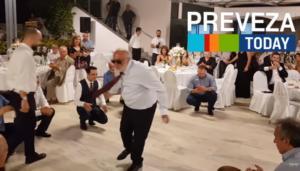 Το έκανε ξανά! Το ζεϊμπέκικο του Κουρουμπλή σε γάμο στην Πρέβεζα – video
