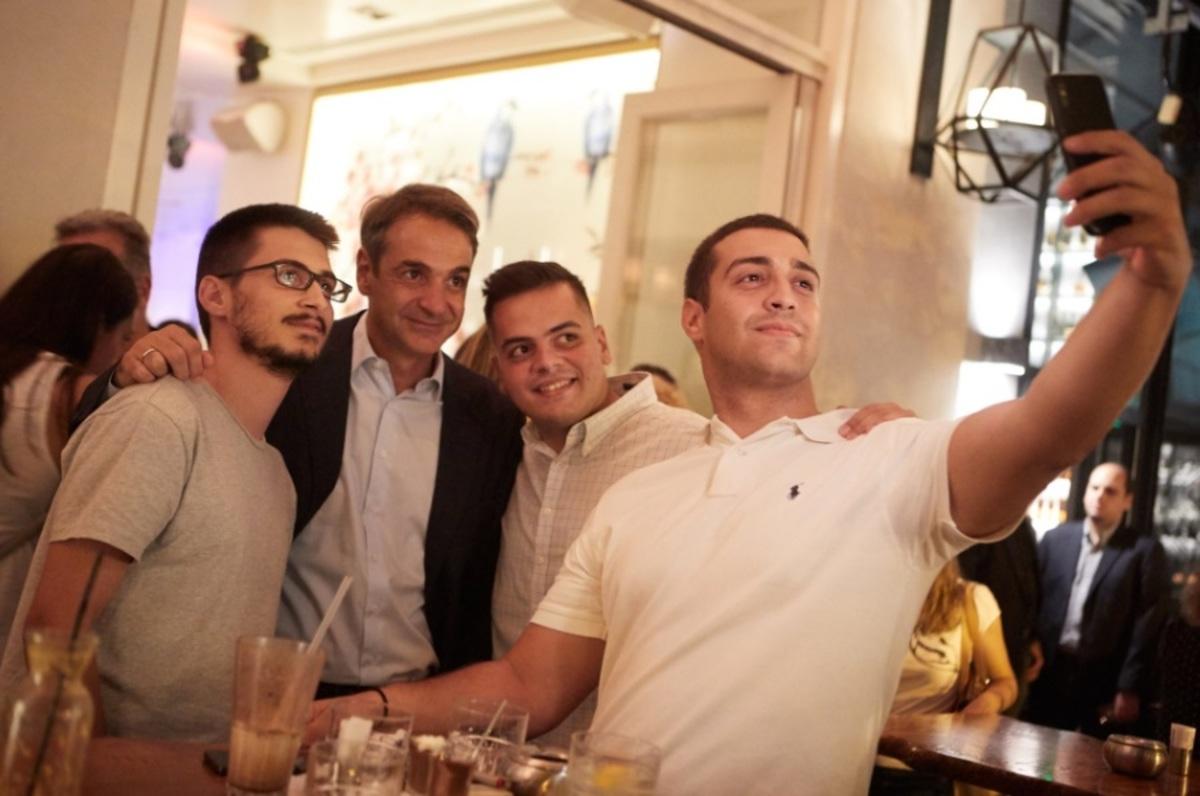 ΔΕΘ 2018: Selfies, χαμόγελα και… καρφί για Τσίπρα στην βόλτα του Μητσοτάκη! [pics]