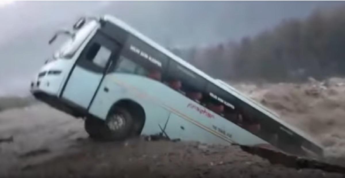 """Λεωφορείο """"πνίγηκε"""" από ορμητικά νερά στην Ινδία – βίντεο"""