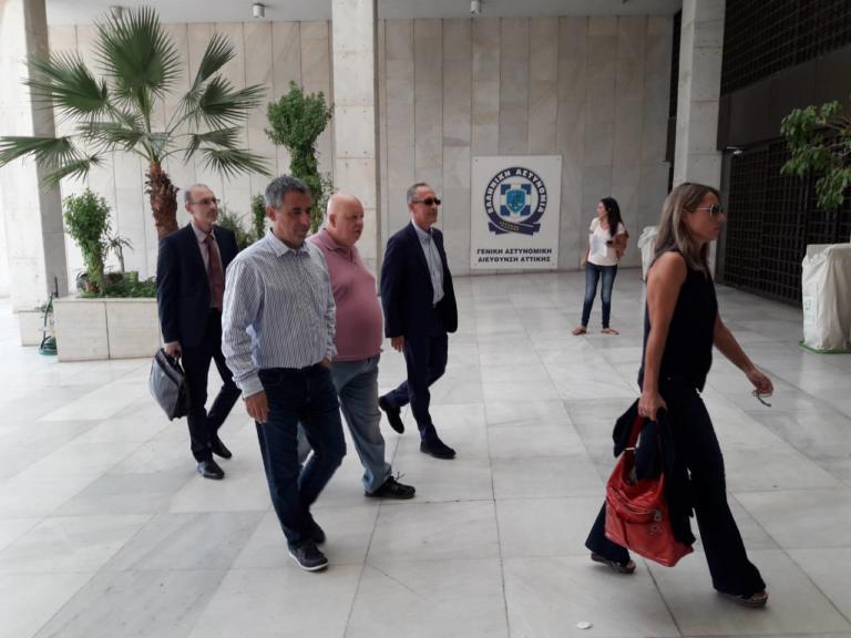 """Στο Α.Τ. Εξαρχείων τρεις δημοσιογράφοι του """"Φιλελεύθερου"""" μετά τη μήνυση του Πάνου Καμμένου – Video"""
