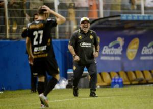 """""""Τρελάθηκε"""" ο Μαραντόνα στο Μεξικό! """"Επιτέθηκε"""" στους διαιτητές – video"""