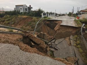Κυκλώνας Ζορμπάς: Εικόνες σοκ από τα Μέγαρα! Κατέρρευσε γέφυρα – video