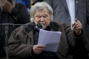 Επίθεση Μίκη Θεοδωράκη σε Τσίπρα – Ώστε και Μανιαδάκης, κύριε πρωθυπουργέ;