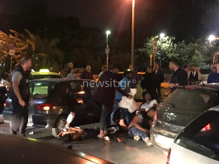 Άγρια συμπλοκή στο Μοναστηράκι – Τρεις τραυματίες από μαχαιριές – Συγκλονιστικές εικόνες από το σημείο