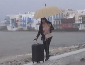 Μύκονος: Πλημμύρες και ασκήσεις ισορροπίας με φόντο τη Μικρή Βενετία – Ο κυκλώνας στο νησί των ανέμων – video
