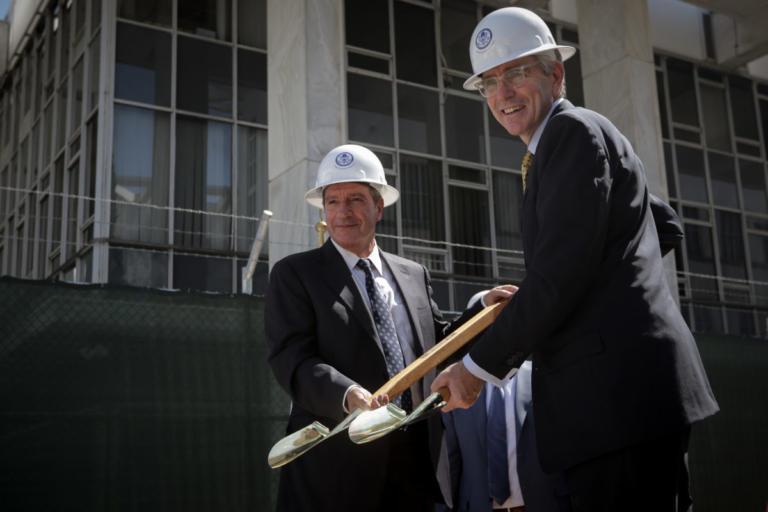 """Ο Πάιατ πήρε το… φτυάρι του – Με τον """"συνάδελφο"""" Γιώργο Καμίνη ξεκίνησαν την ανακαίνιση της Πρεσβείας των ΗΠΑ [pics]"""