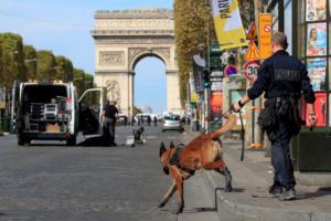 Συναγερμός στο Παρίσι! Έρευνα της αστυνομίας για βόμβα σε ύποπτο όχημα