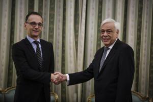 """""""Να αναλάβουν όλοι τις ευθύνες τους στο προσφυγικό"""", συμφώνησαν Παυλόπουλος – Μάας"""