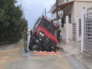 """Κορινθία: Άνοιξε ο δρόμος και """"ρούφηξε"""" όχημα της πυροσβεστικής – Χείμαρροι στο Ξυλόκαστρο παρασύρουν τα πάντα – video"""