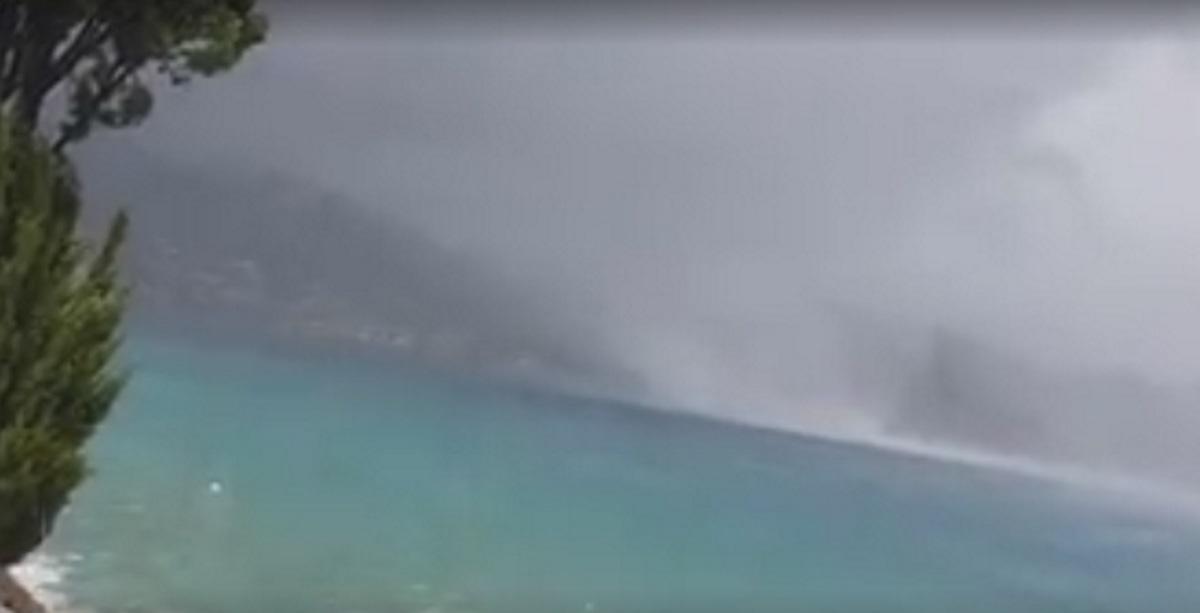 Πόρος: Η στιγμή που υδροστρόβιλος σαρώνει παραλία – Πτώσεις δέντρων, ζημιές και διακοπές ρεύματος – video