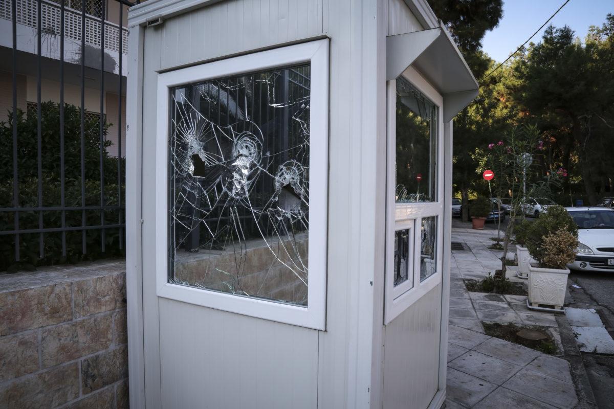 Ρουβίκωνας: Γυαλιά καρφιά και μπογιές στην πρεσβεία του Ιράν – Τι είπαν στον φρουρό