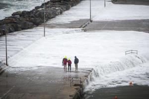 Σκόπελος: Έτσι έφτασε ο μεσογειακός κυκλώνας – Ρίσκαραν και παραλίγο να τους σκεπάσουν τα κύματα [pics]
