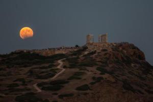 """Κυκλώνας Ζορμπάς: Όταν ο Ποσειδώνας """"συνάντησε"""" το Ναό του [pics]"""