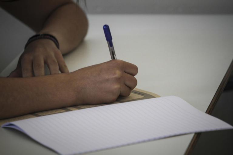 Ναύπακτος: Διχάζει η σύλληψη της τρομαγμένης μαθήτριας – Η διαπίστωση και οι χειροπέδες που προκαλούν αντιδράσεις!