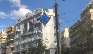 """Νέος Κόσμος: Τέντα ξενοδοχείο στην Ηλία Ηλιού αποκολλήθηκε και """"απειλεί"""" να πέσει στον δρόμο [pics]"""
