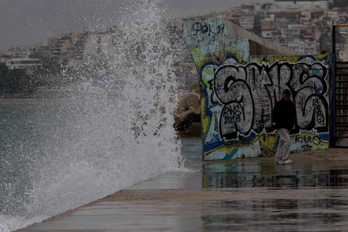 """Η Αττική... των στεναγμών! Προβλήματα σε δρόμους και λιμάνια από το σαρωτικό πέρασμα του """"Ζορμπά""""! video, pics"""