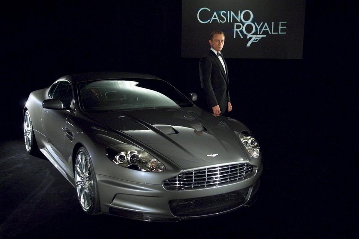 Παγκόσμια Ημέρα Τζέιμς Μποντ: Οι Aston Martin του αναστατώνουν το Λονδίνο