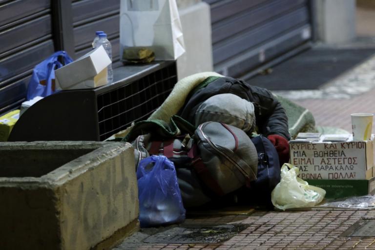 Βουλή: Έρχεται το 1ο νομοσχέδιο για τους άστεγους – Πότε ψηφίζεται το επίδομα στέγασης