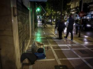 Θερμαινόμενοι χώροι σε Αθήνα και Πειραιά για την προστασία των αστέγων από το ψύχος