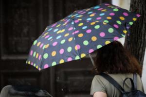 Καιρός για κοντομάνικο και… ομπρέλα