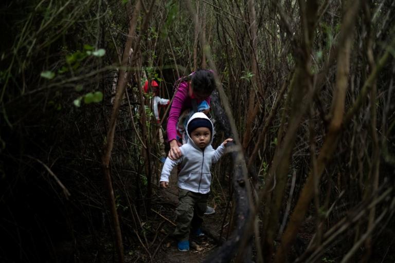 Τους τάζει δουλειά για να γυρίσουν στην Ονδούρα – Έφυγαν με το καραβάνι για Αμερική