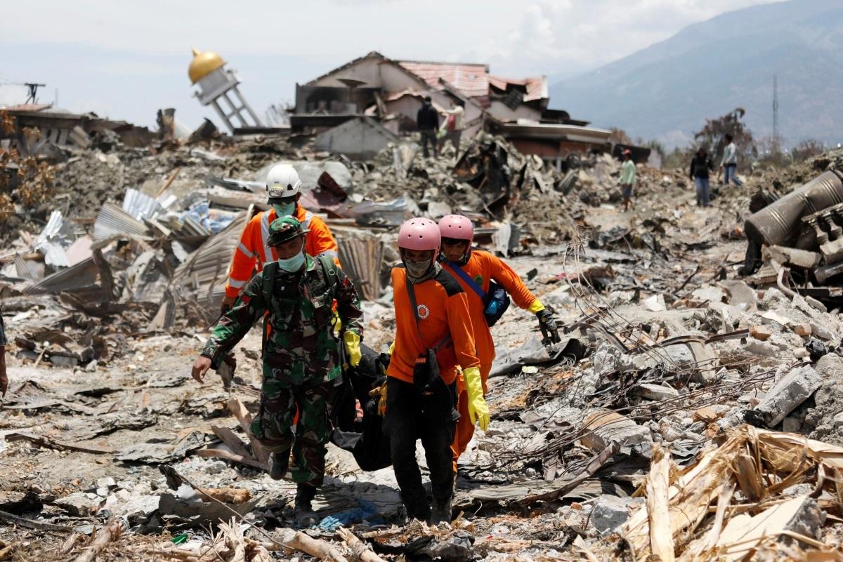 Ινδονησία: 1.649 οι νεκροί από τον Εγκέλαδο και το τσουνάμι – 4 μωρά γεννήθηκαν την ώρα της τραγωδίας