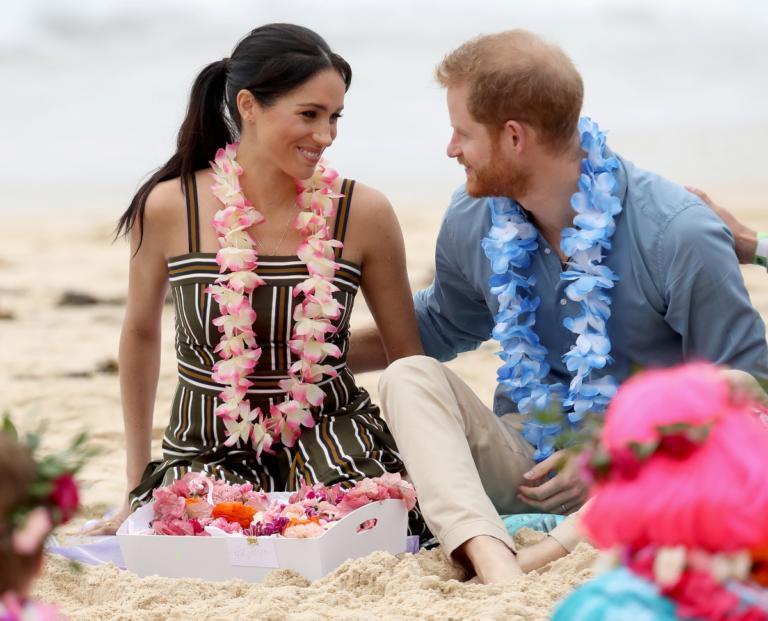 Πρίγκιπας Χάρι – Μέγκαν Μαρκλ: Ερωτοχτυπημένοι και ξυπόλητοι στην παραλία