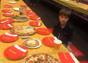 Ολομόναχος στα γενέθλιά του! Η φωτογραφία που ράγισε καρδιές – Τσουνάμι αγάπης για τον 6χρονο