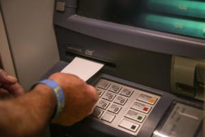 Τρίκαλα: Παππούς ξέχασε τα λεφτά του στο ΑΤΜ!