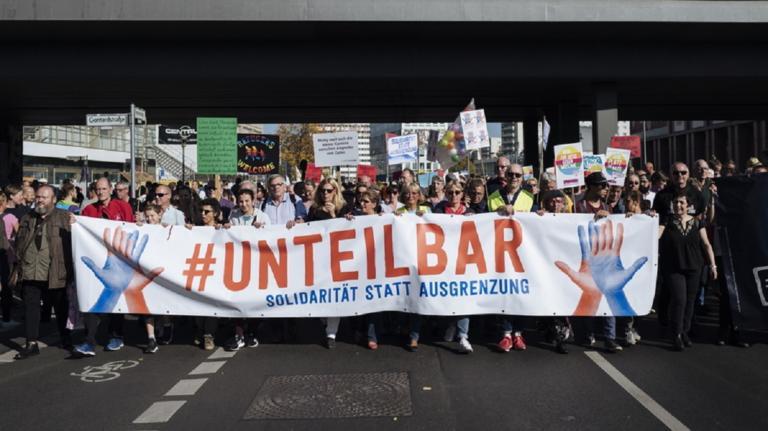 Χιλιάδες άνθρωποι ξεχύθηκαν στο Βερολίνο κατά του ρατσισμού και της ξενοφοβίας [vid, pics]