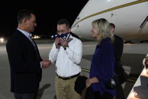 """Πάστορας Μπράνσον: Φίλησε την αμερικανική σημαία όταν """"πάτησε"""" Γερμανία! [pics]"""