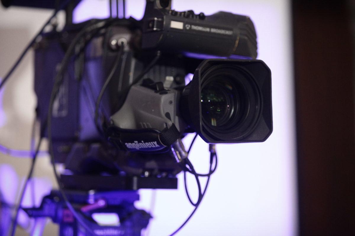 Μαρτυρία σοκ από ενδυματολόγο για γνωστό σκηνοθέτη – ηθοποιό: Με απειλούσε με όπλο