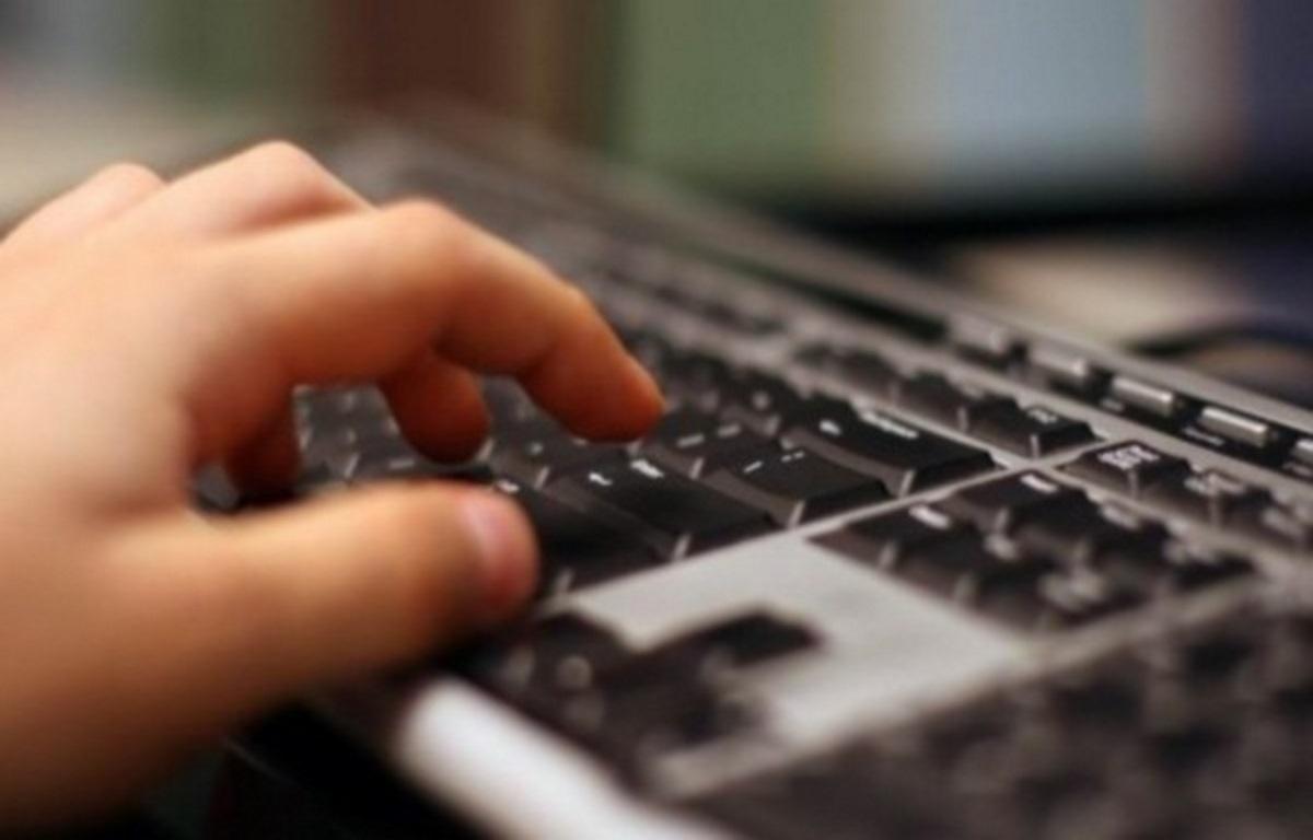 Μαθήματα ηλεκτρονικών υπολογιστών σε άτομα της τρίτης ηλικίας στου Ρέντη