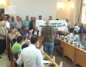 Κρήτη: Μπήκαν με πανό στο Περιφερειακό Συμβούλιο [pics]