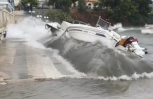 Επίδαυρος: Η στιγμή που τα κύματα βγάζουν τα σκάφη από τη θάλασσα στη στεριά – Απίστευτες εικόνες – video