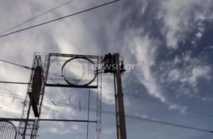 Άνδρας απείλησε να πέσει από το γλυπτό στην Ομόνοια