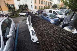 4 νεκροί από τη φονική κακοκαιρία στην Ιταλία! – Καταπλακώθηκαν από δέντρα!