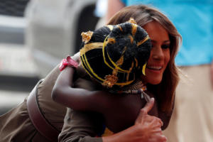 Πέρα από την Αφρική – Η Μελάνια Τραμπ λάμπει χωρίς τον Ντόναλντ [pics]