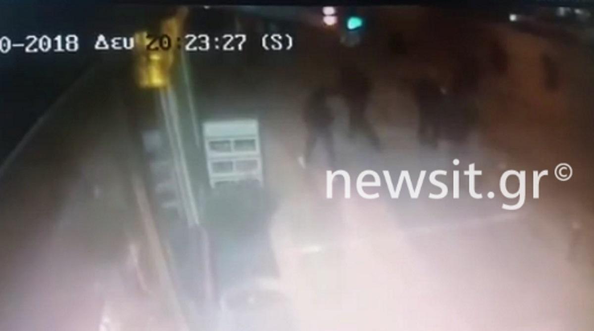 """""""Μπουλούκι"""" έφτασαν οι κουκουλοφόροι στο Α.Τ. Ομονοίας! Η στιγμή της επίθεσης με τους τέσσερις τραυματίες αστυνομικούς"""