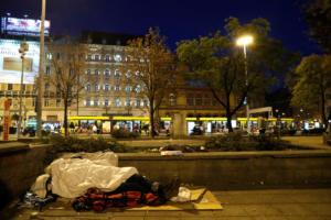 Ουγγαρία: Απαγορεύουν στους άστεγους να κοιμούνται στον δρόμο – Θα παίρνουν τα υπάρχοντα από όποιον δεν υπακούει!