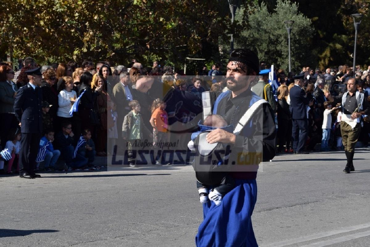 Μυτιλήνη: Συγκίνησε η παρέλαση ενός νεογέννητου – Δείτε τον λεβέντη πατέρα με το νεογνό του σε μάρσιπο [pics]