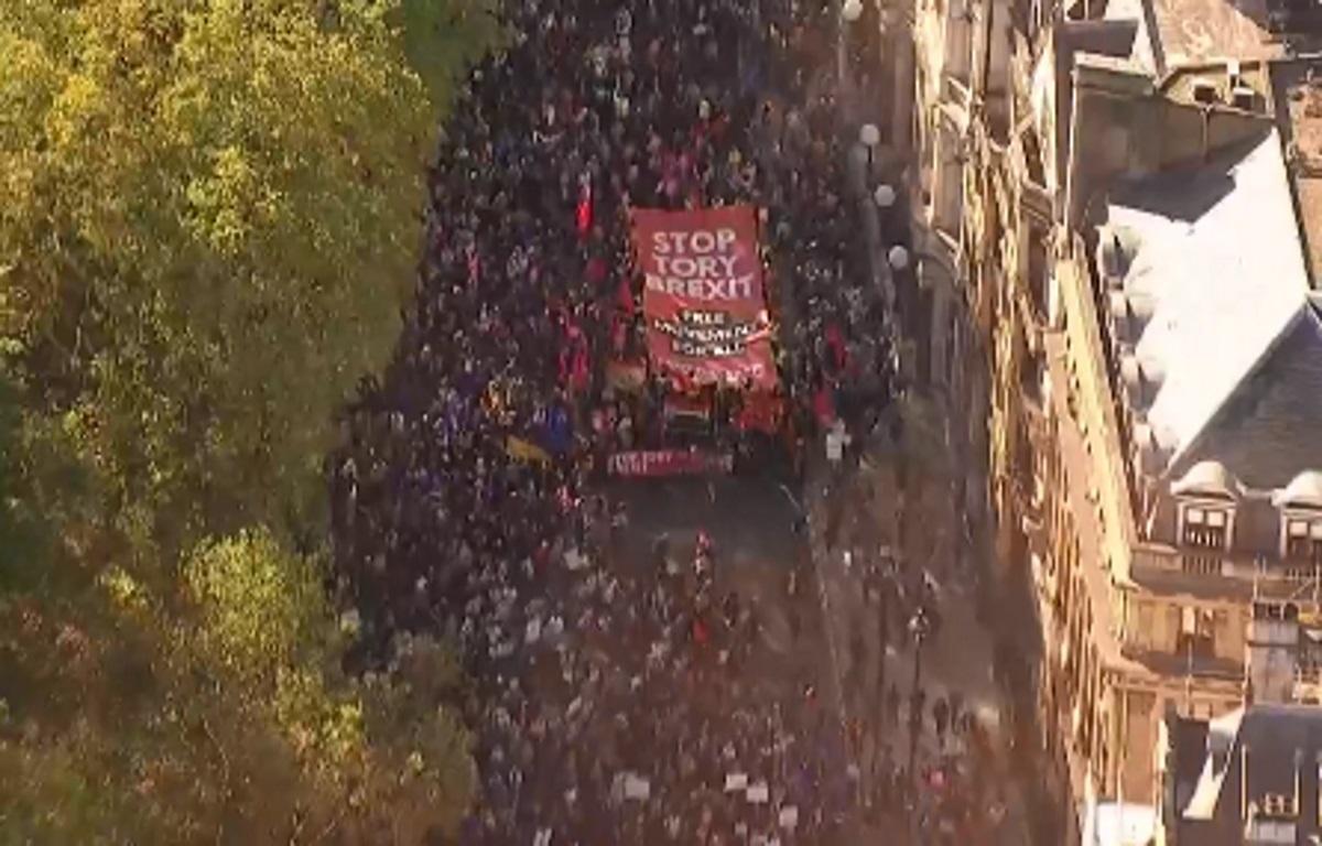 Χιλιάδες διαδηλωτές στους δρόμους του Λονδίνου ζητούν νέο δημοψήφισμα για το Brexit – Pics, video