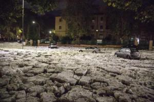 Χαλαζόπτωση μαμούθ στη Ρώμη – Βυθίστηκαν τα πάντα κάτω από το χαλάζι [video]