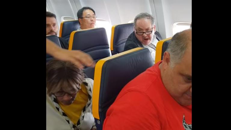 Άθλια ρατσιστική επίθεση σε πτήση της Ryanair – «Άσχημη, μαύρη σκύλα!» [video]