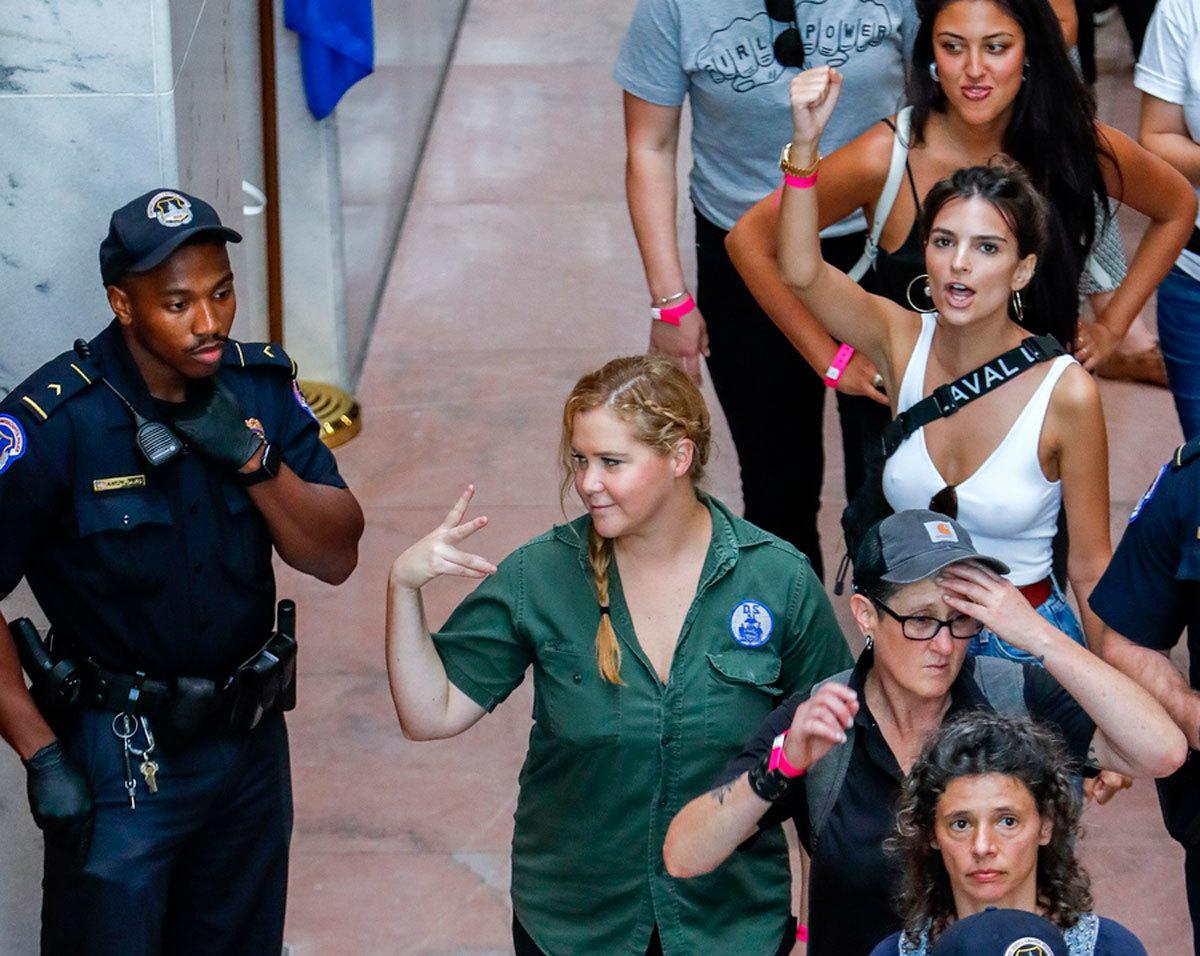 Χειροπέδες σε πασίγνωστο μοντέλο και γνωστή ηθοποιό – Διαδήλωναν κατά του Κάβανο! [pics, vids]